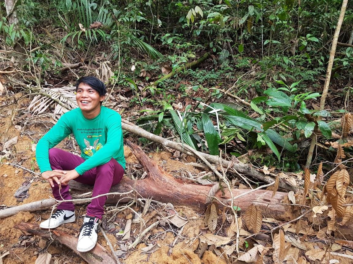 O estudante Motã Waiãpi descansa durante as filmagens na Floresta Amazônica