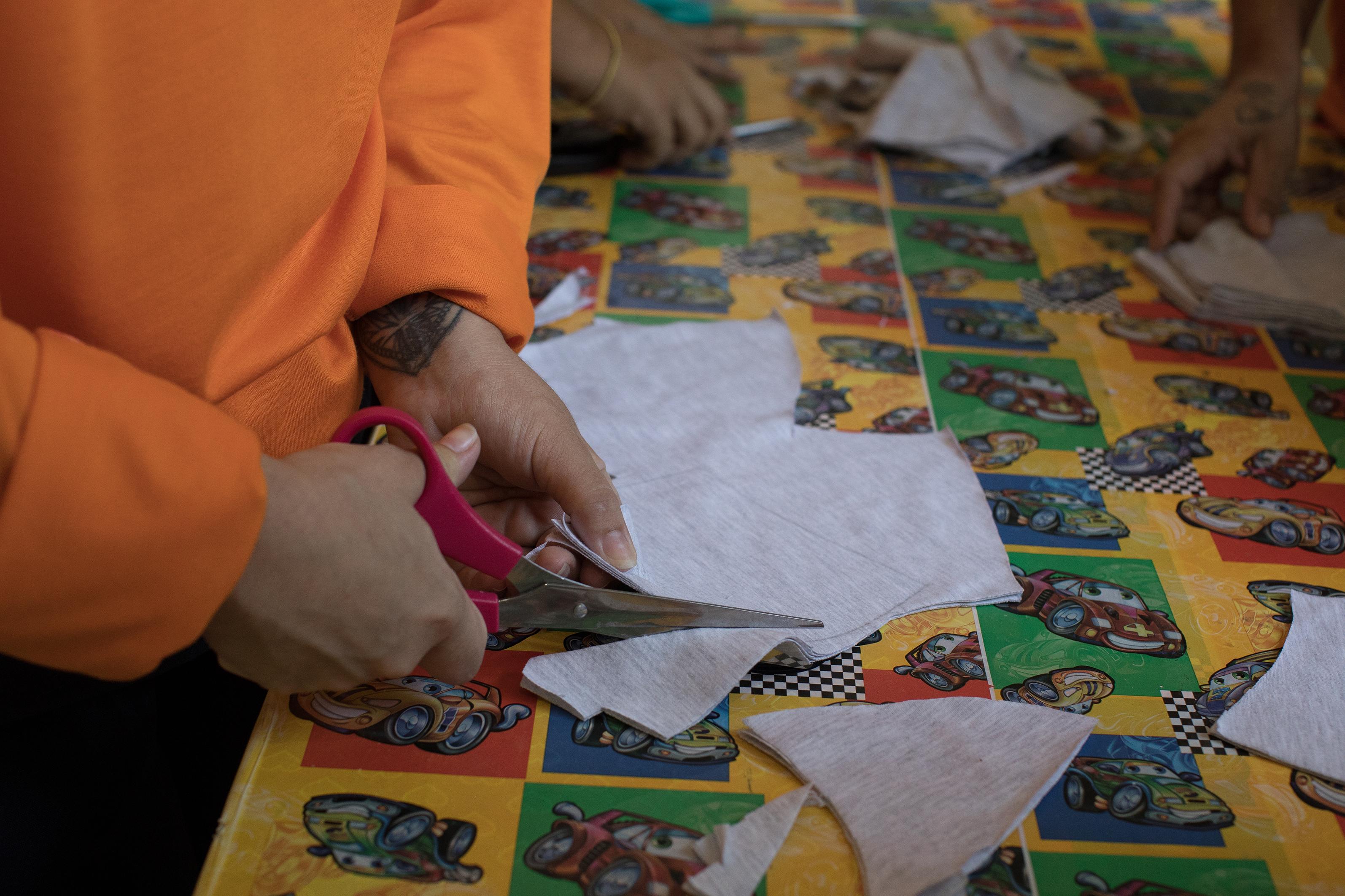 Jovem de 19 anos participa de oficina de costura no Centro de Detenção Provisória de Manaus.