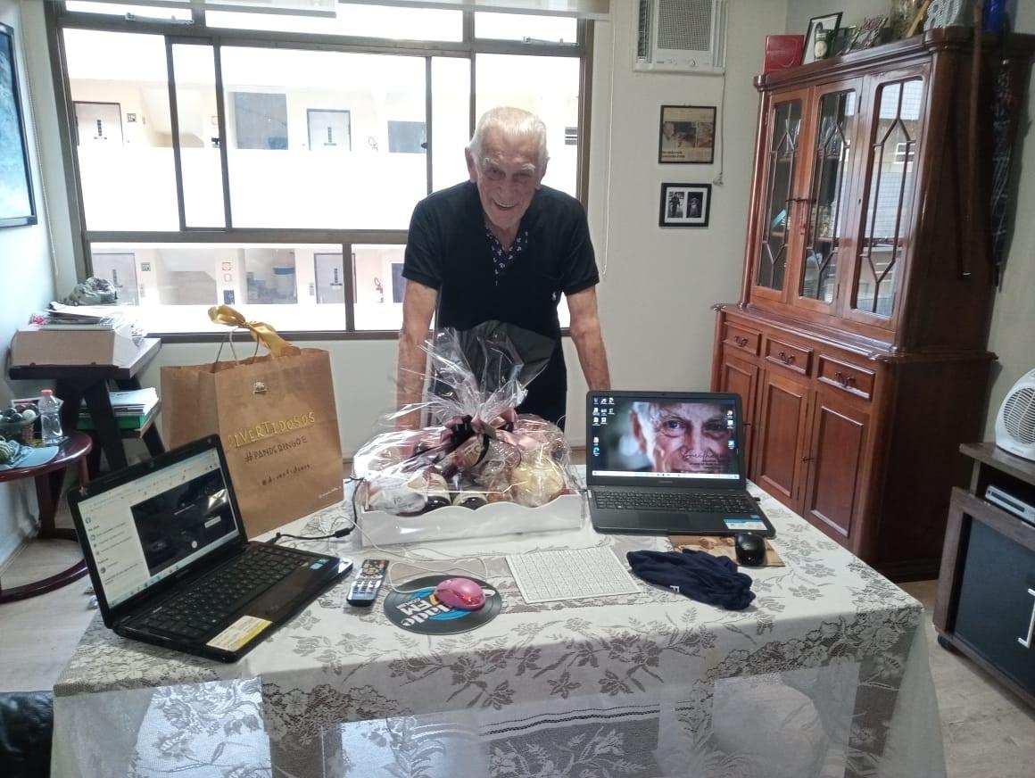 Guilherme Gargantini, de 80 anos, com sacolas de brindes do Pandebingo. Foto: Divertidosos