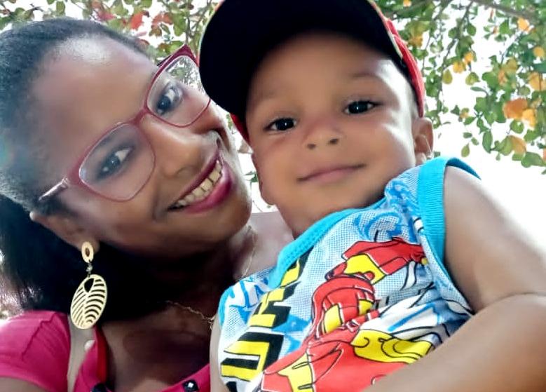 A marisqueira Tainize Silva dos Santos, de 21 anos, e Alessandro, de um ano