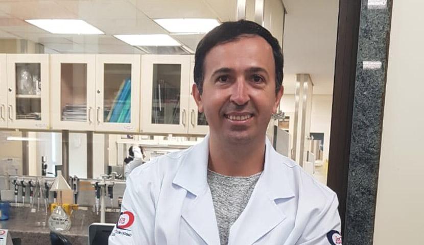 O cientista Gustavo Cabral estuda vacinas