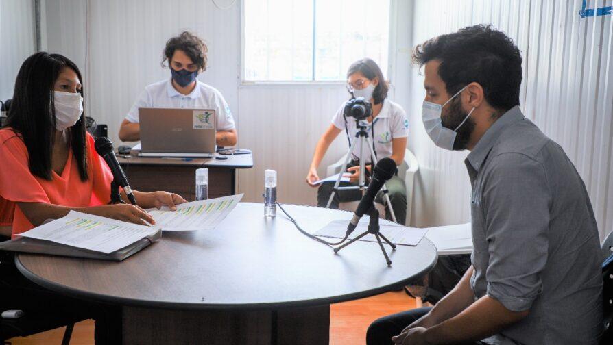 A voluntária Katiuska Rodrigues entrevista o procurador federal Alisson Marugal no estúdio do abrigo Rondon III