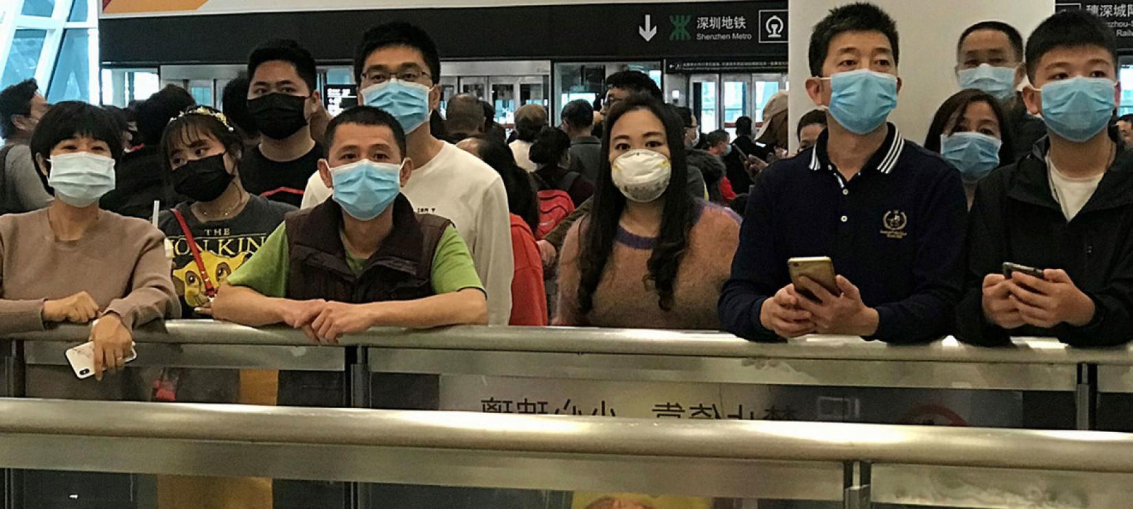 Pessoas usam máscaras enquanto esperam chegadas no Aeroporto Internacional Bao'an em Shenzhen, na China.
