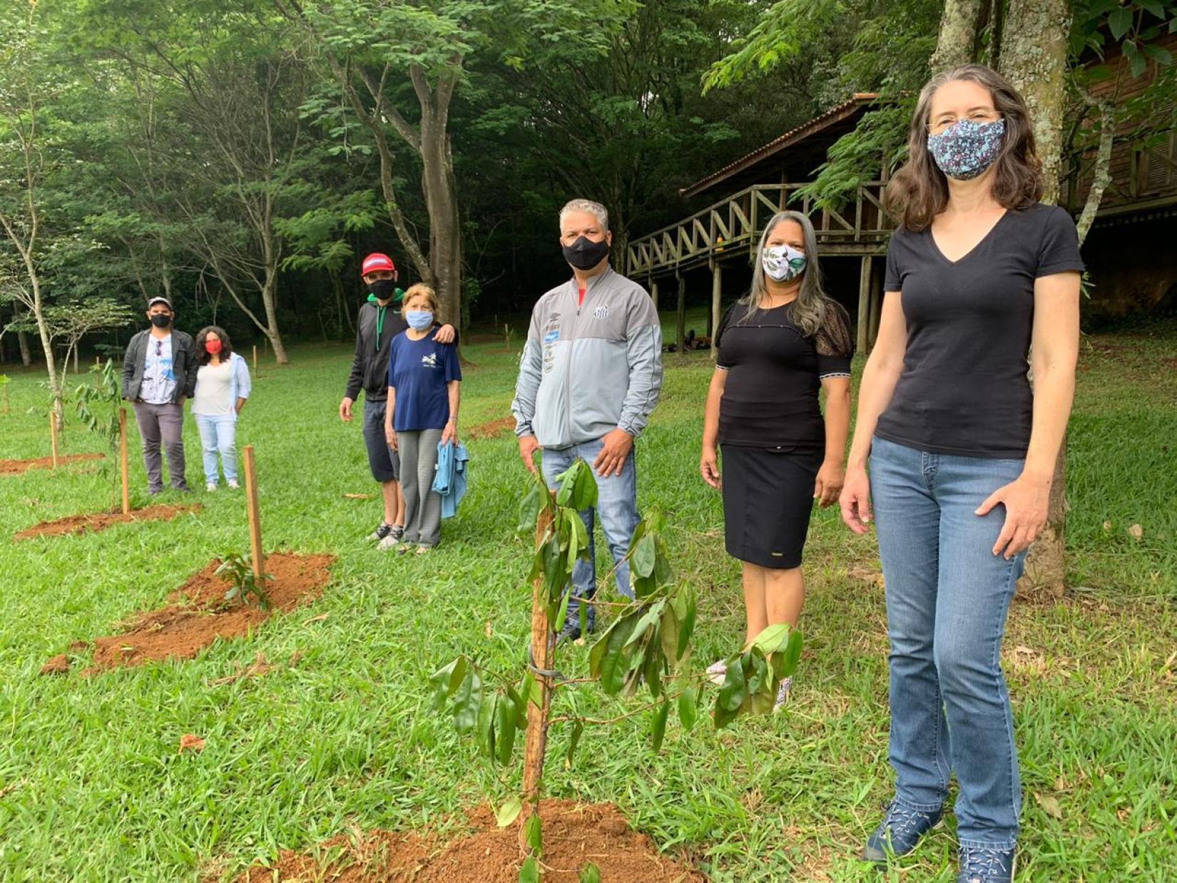 Pessoas participam da campanha Bosques da Memória, que ajuda a restaurar o meio ambiente e honra a memória de seus entes queridos.