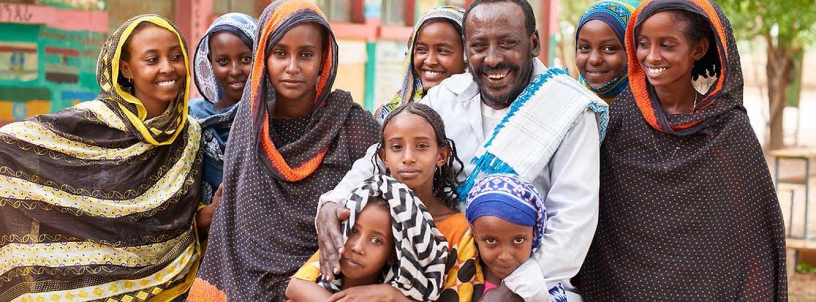 O pai de Mura Arabe (2a. à direita) impediu que ela e as irmãs sofressem mutilação genital em Afar, na Etiópia.
