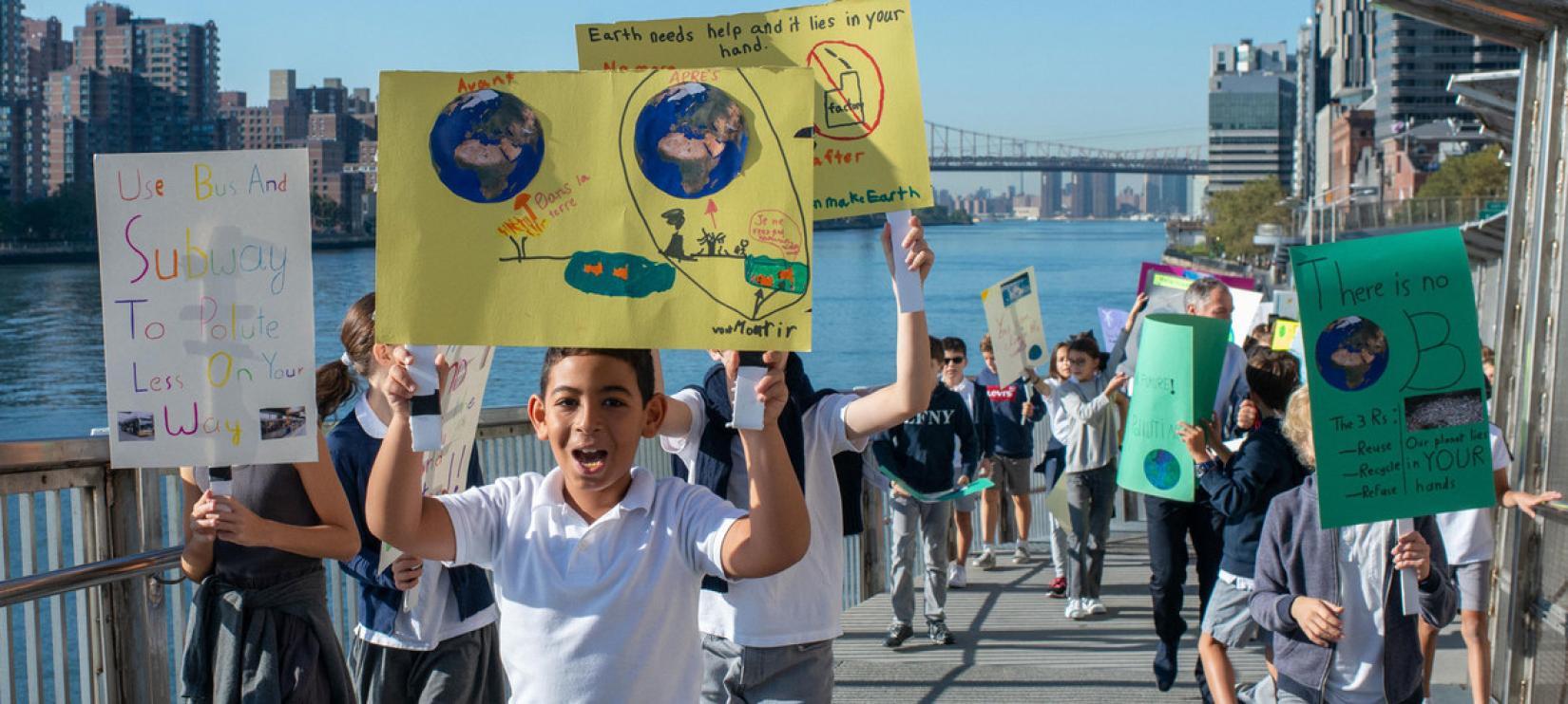 Estudantes da Escola Francesa de Nova York protestam contra a mudança climática no bairro Upper East Side.