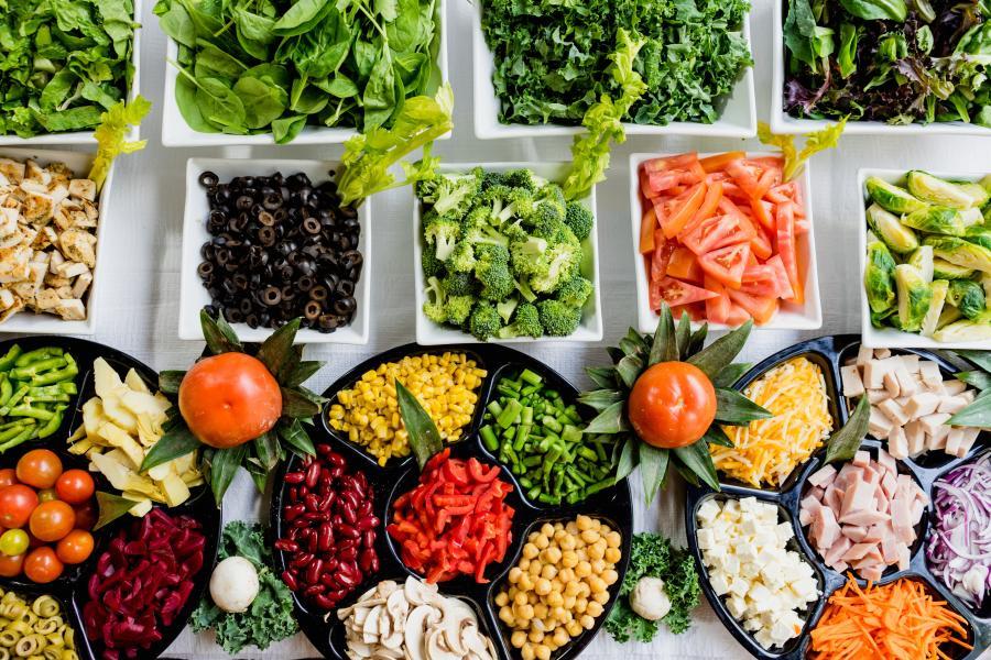 O acesso a alimentos seguros e nutritivos é uma parte essencial da resposta à COVID-19, particularmente para as comunidades mais pobres e vulneráveis.