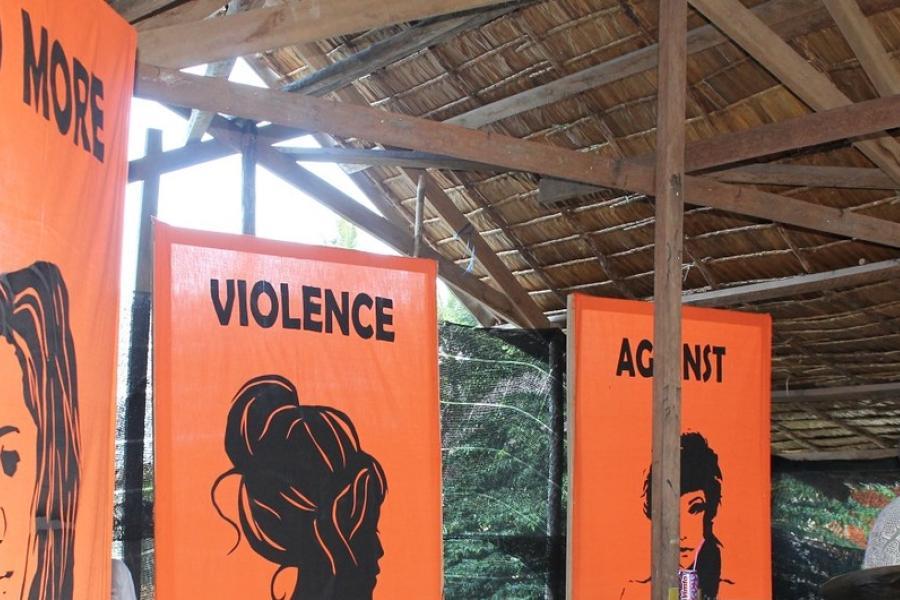 """Palco de um festival juvenil nas Ilhas Salomão com forte mensagem: """"CHEGA DE VIOLÊNCIA CONTRA MULHERES E MENINAS""""."""