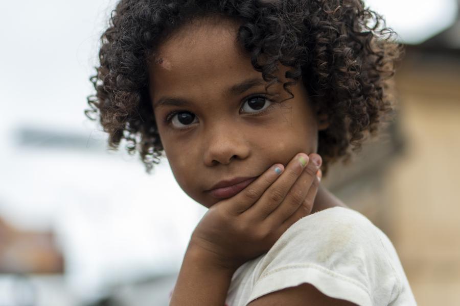garota beneficiada por doação de alimentos da campanha Mãos Solidárias