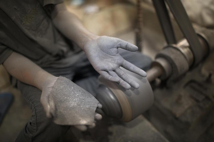 Tarek, de 10 anos, trabalha em uma fábrica de alumínio em Bangladesh