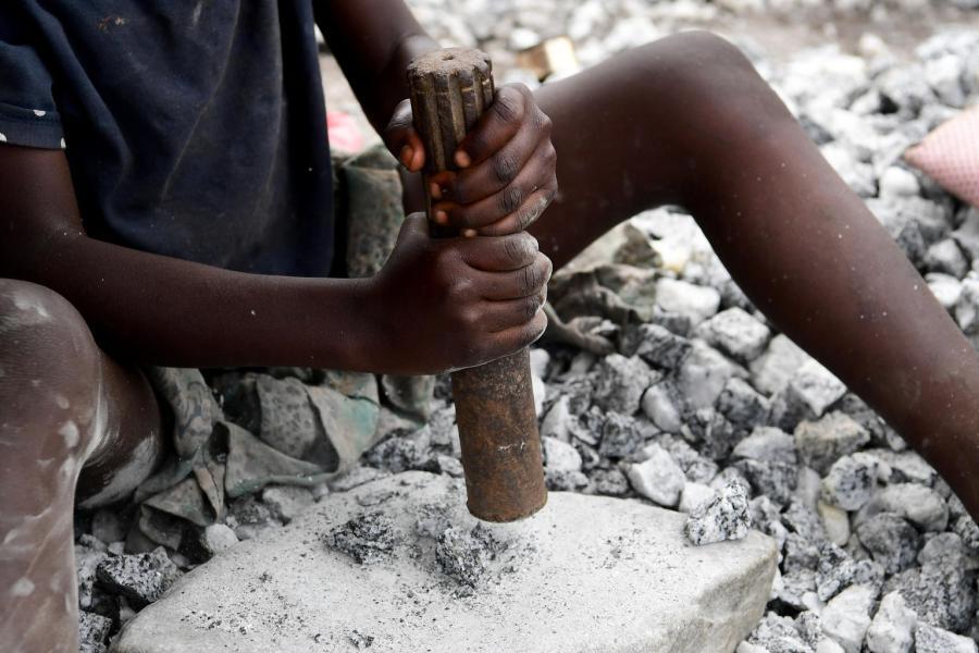 Uma criança trabalha na mina de granito em Pissy, um subúrbio de Ouagadougou, capital do Burkina Faso.
